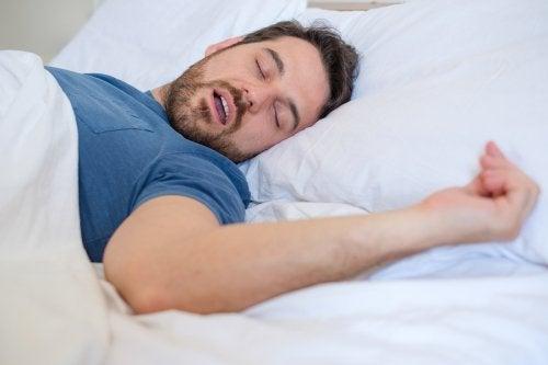 Muchas personas respiran por la boca al dormir.