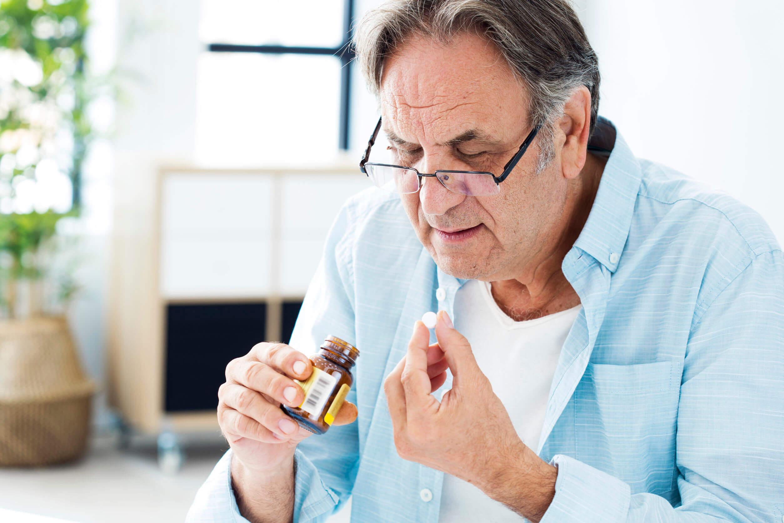 Senhor tomando medicamento