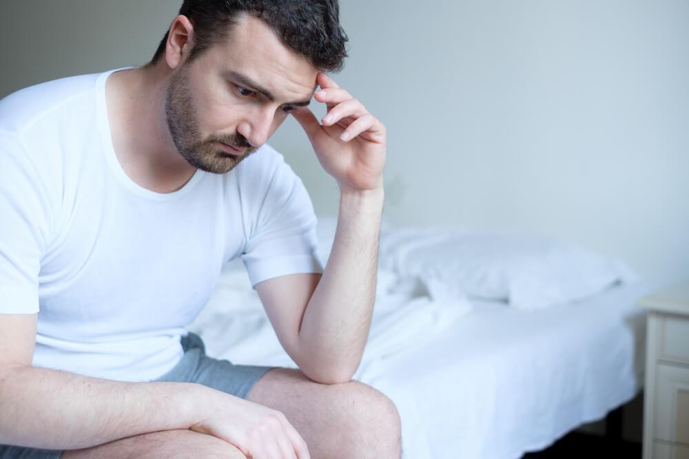 Hombre preocupado por la epididimitis