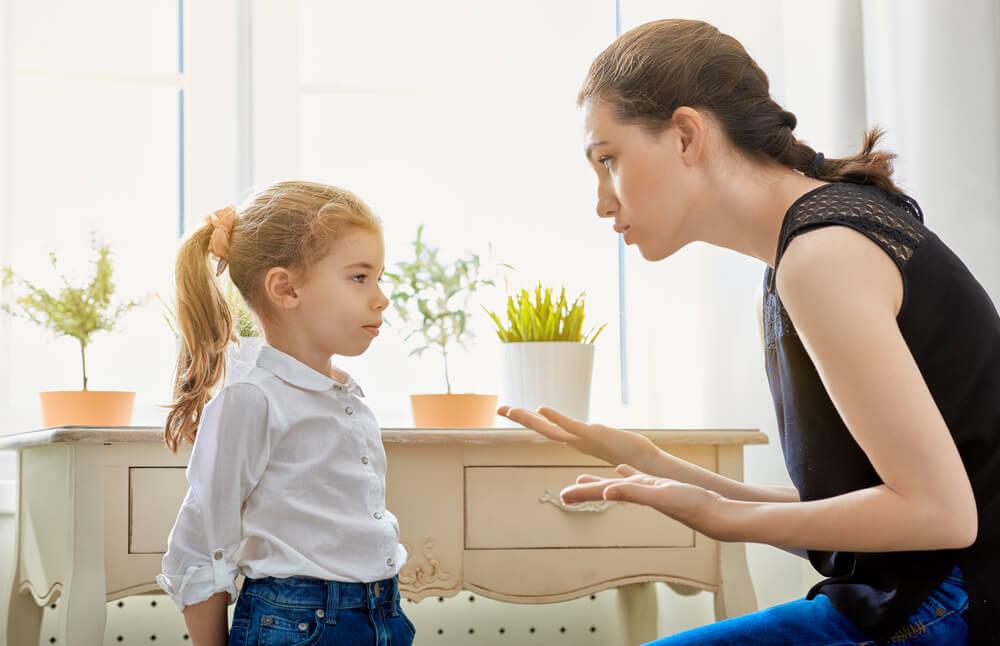 Madre poniendo límites en la infancia