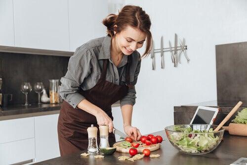 chica en la cocina