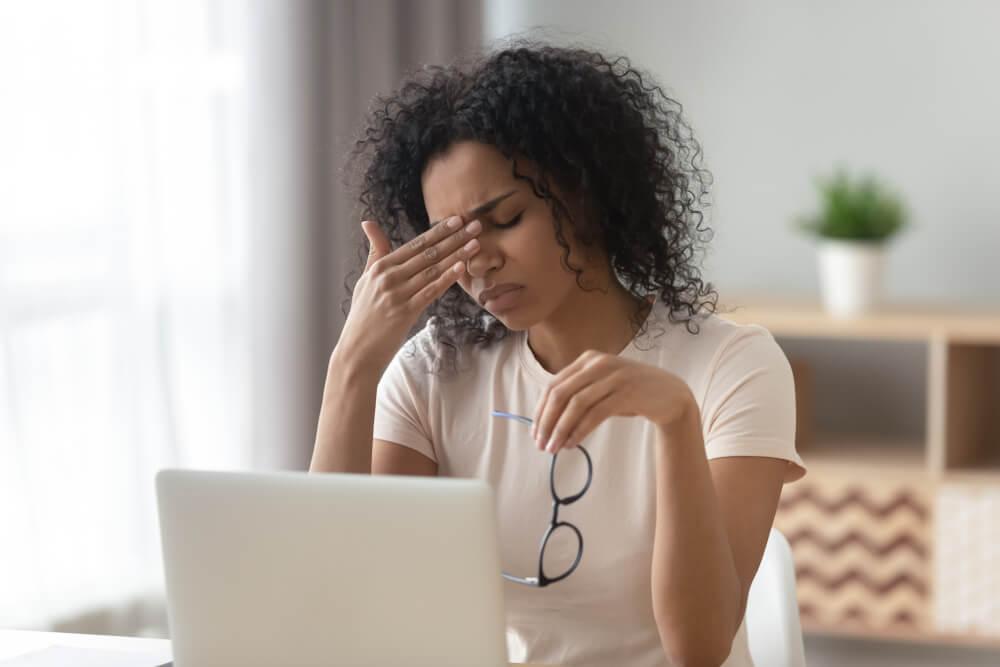 Mujer con fatiga visual