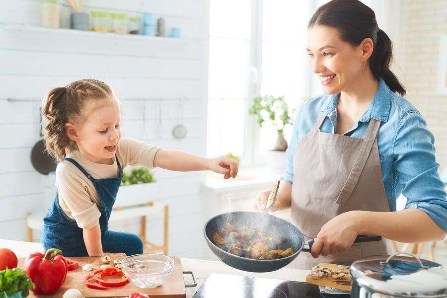 La maternidad y autocuidado incluye cocinar con la familia