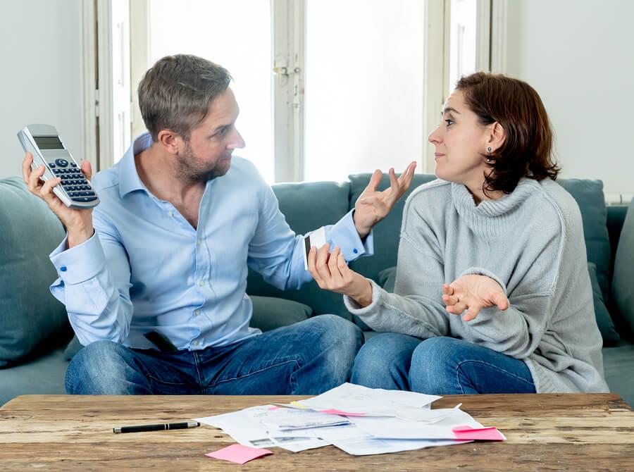 Casal discutindo por dinheiro