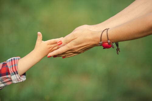 Brazos de niños y madre