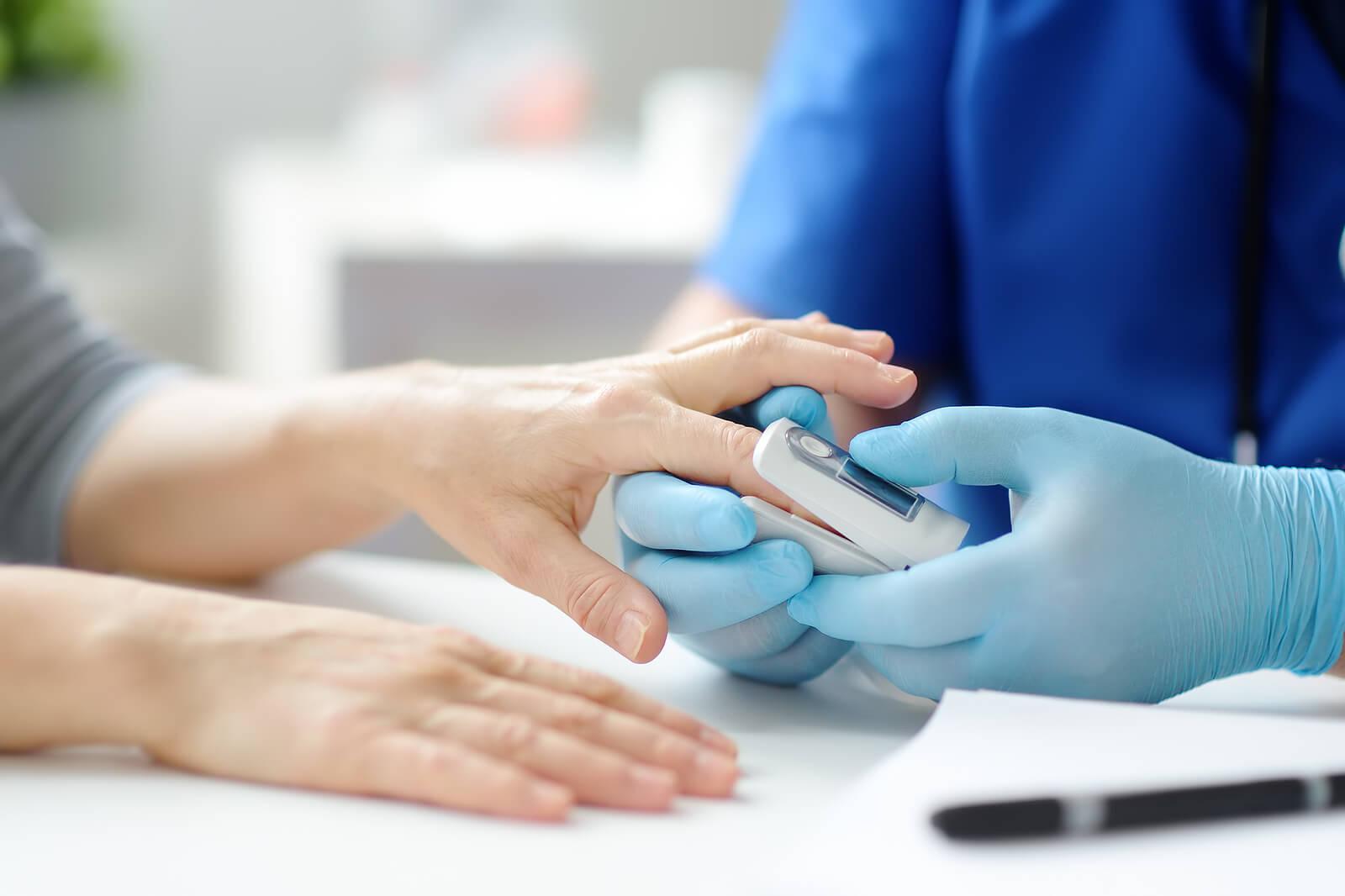 Enfermero midiendo nivel de oxígeno en la sangre.