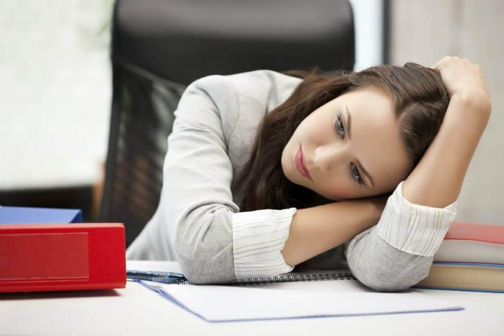 Mulher cansada no trabalho