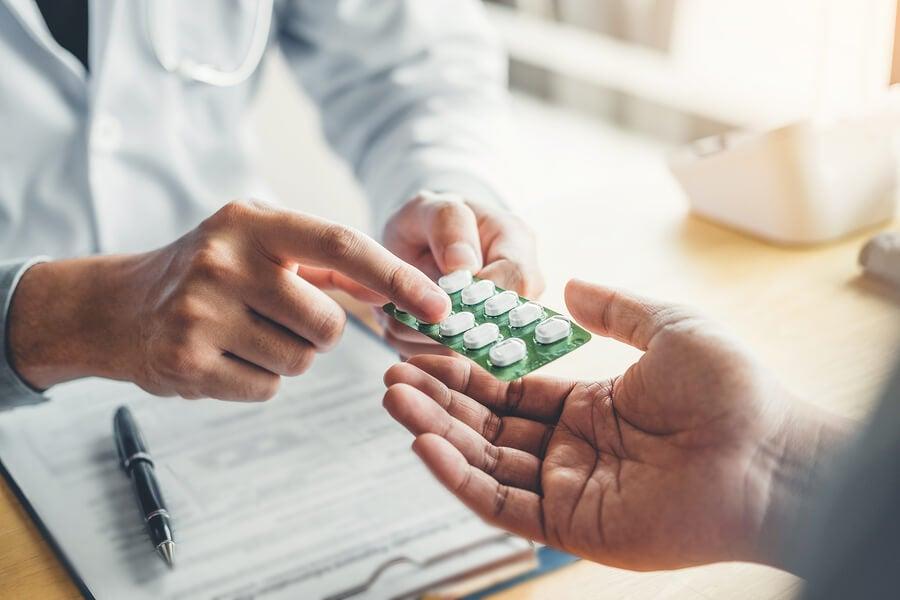 Médico con medicamentos en la mano