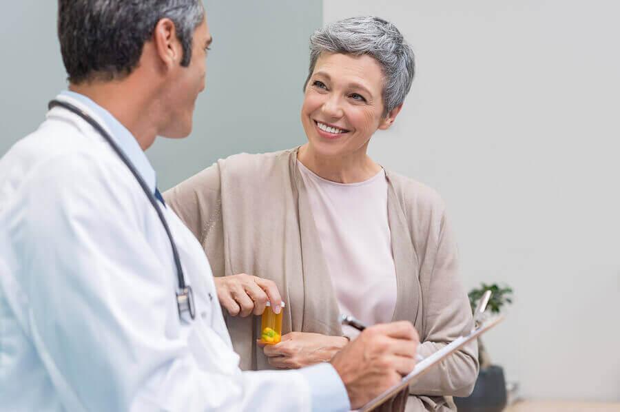 Mujer adulta en el médico