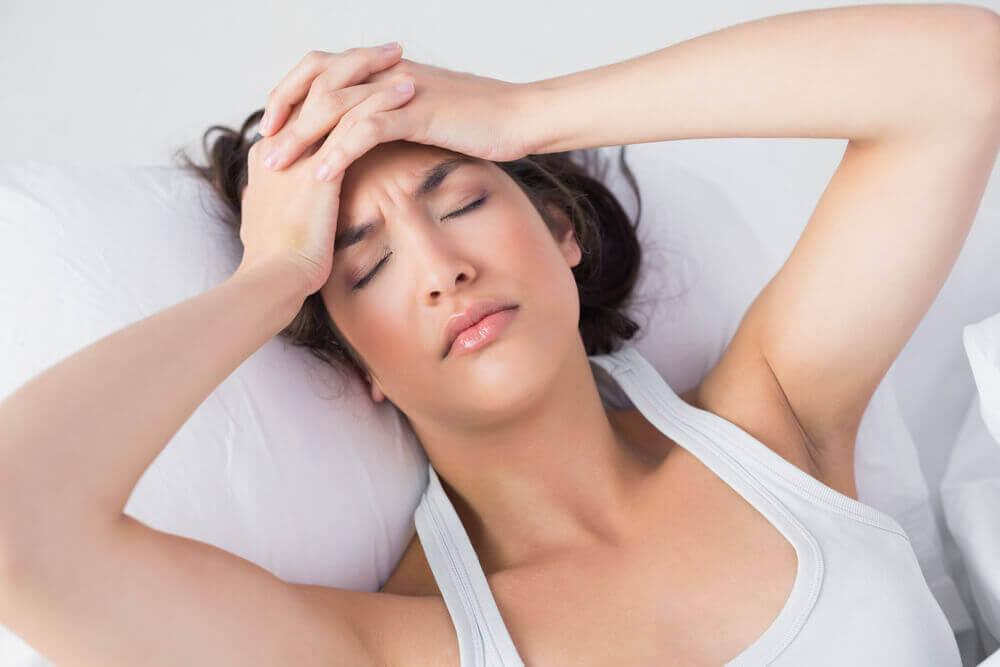 Mujer cansada en la cama.