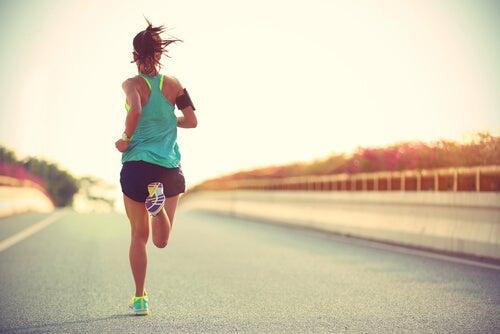 Mujer corriendo una maratón
