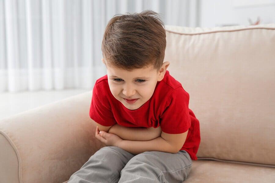 Niño con dolor de estómago por ingerir bebidas energéticas