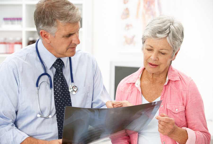 Mujer con osteoporosis en consulta.