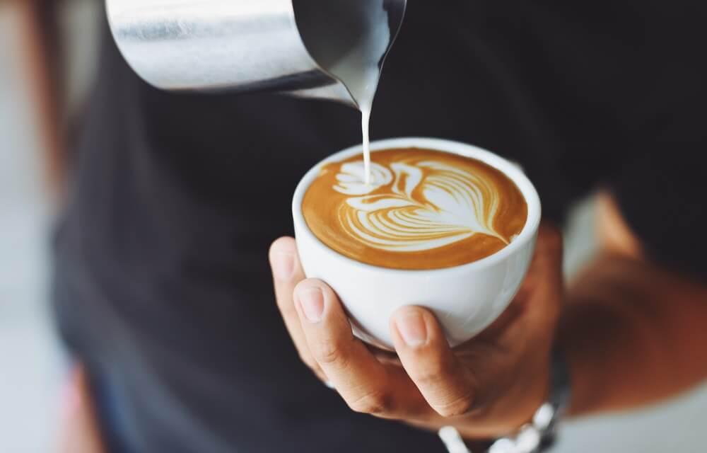 Tomar un café en la mañana como buena rutina.