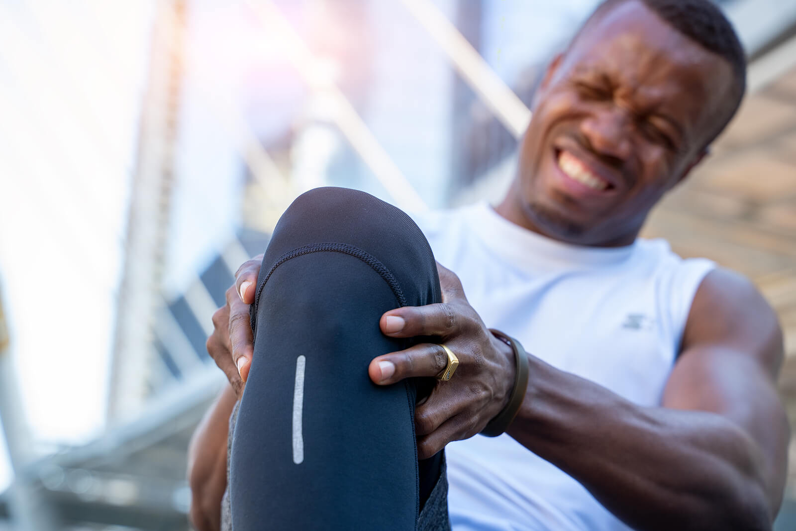 Hombre con desgarro muscular.