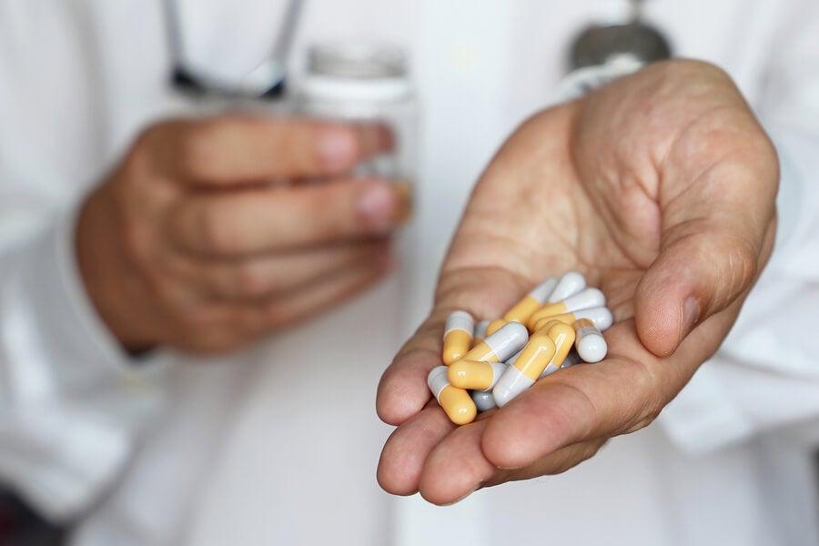 medico-capsulas-antibioticos