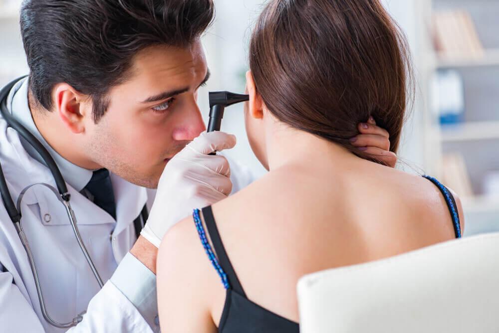 Médico haciendo diagnóstico de tinnitus