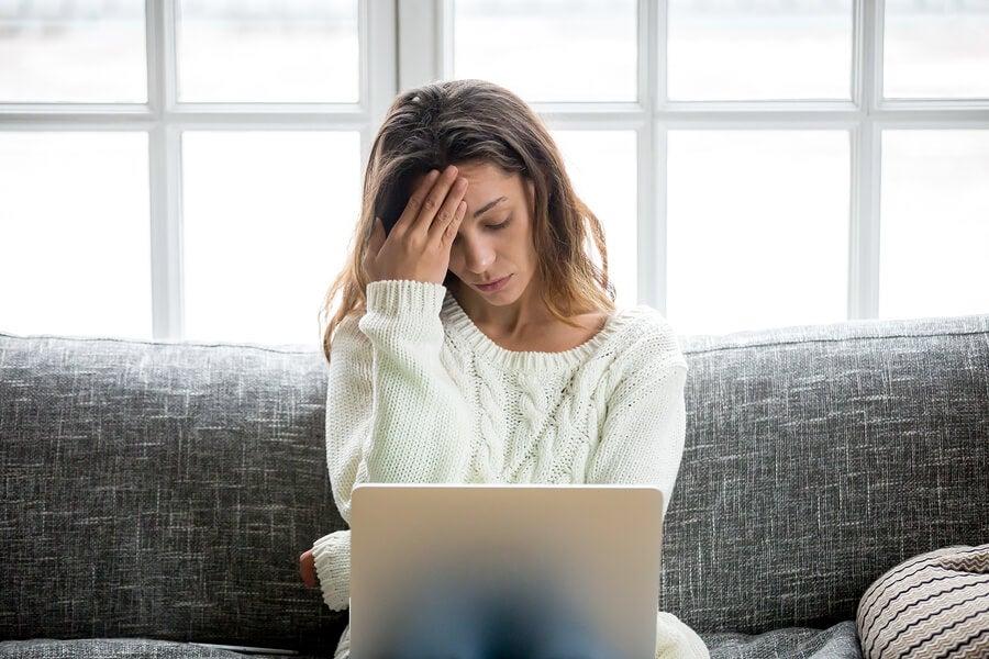 Mujer preocupada debido a la cibercondria