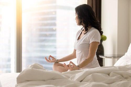 Mujer meditando para vivir con serenidad