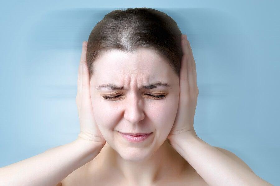 Mujer con crisis de tinnitus