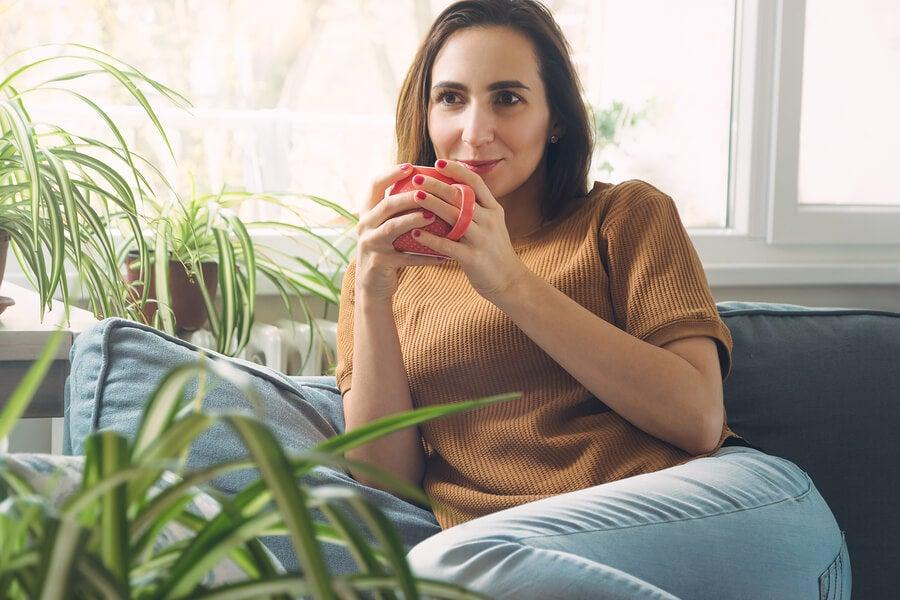 Mujer relajada tomando café