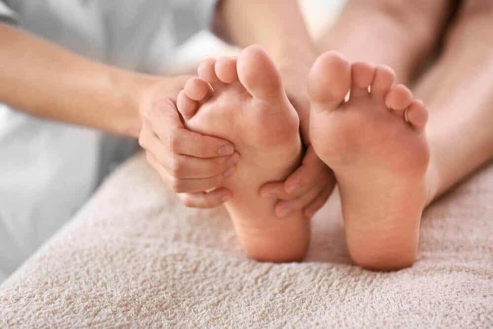 Cómo tratar las uñas negras de los pies