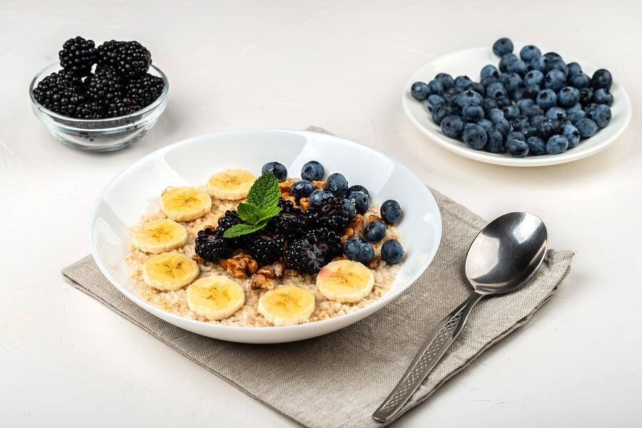 Smoothie bowl con moras y plátano
