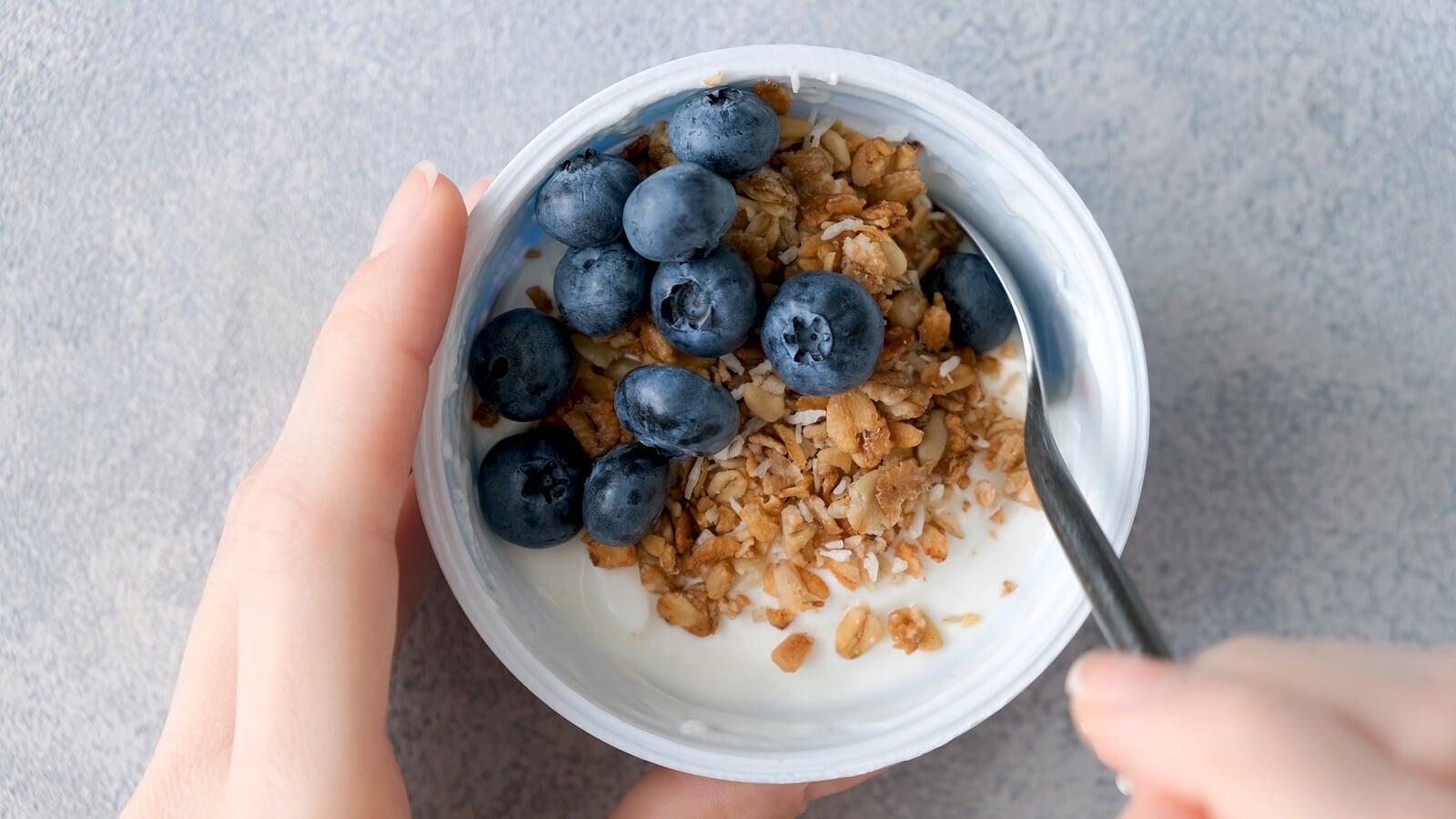 ¿Es bueno cenar solo fruta o yogur?