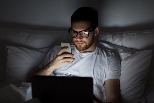 Chico con insomnio tecnológico