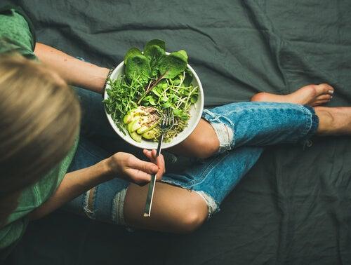 Mujer comiendo sano para tener una menstruación menos dolorosa