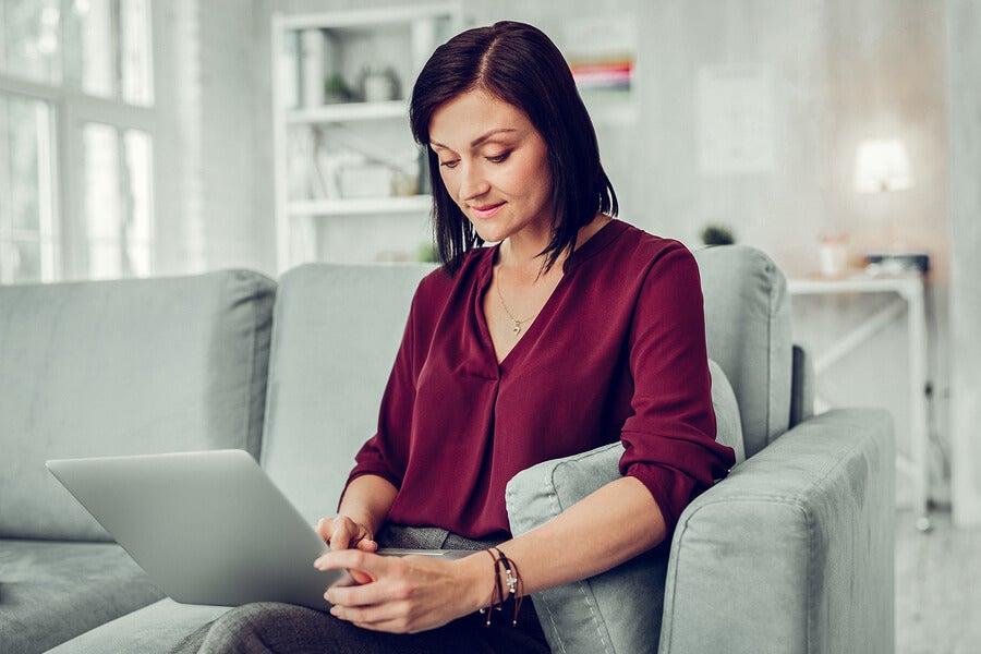 Mujer con psicólogo online
