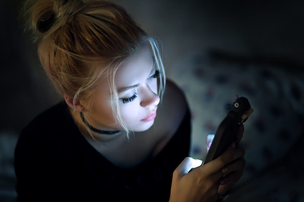 Mujer usando dispositivo móvil