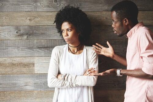 Hombre discutiendo con su novia