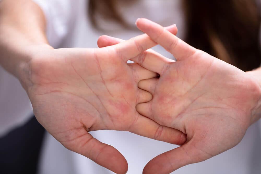 Al toser en las manos, estas se convierten en vías de contagio de virus.