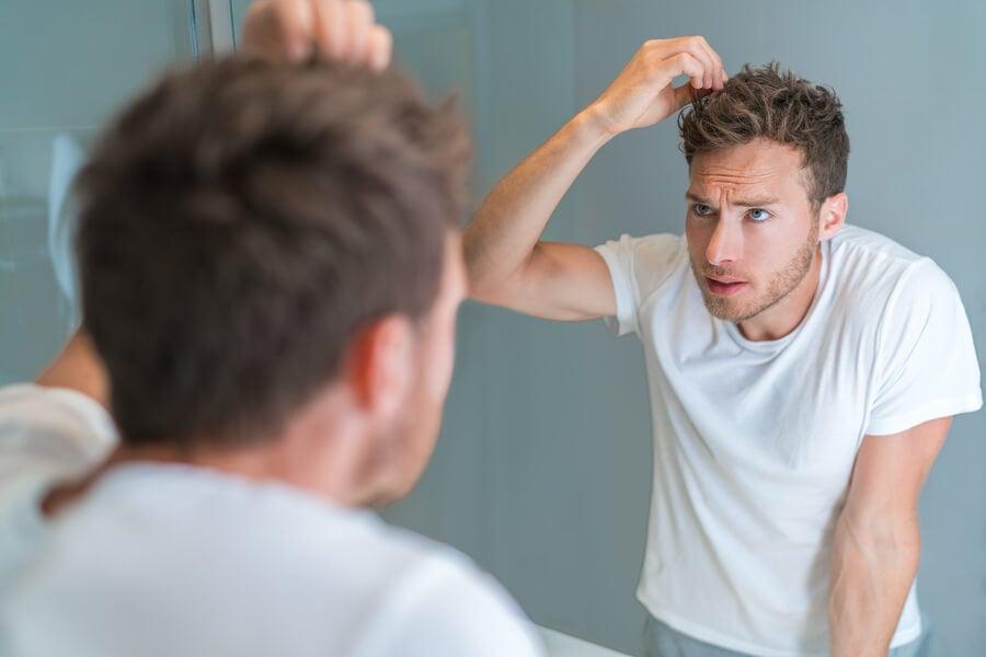 Hombre con estrés notando una cana