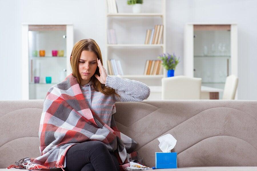 Mujer con síntomas de gripe