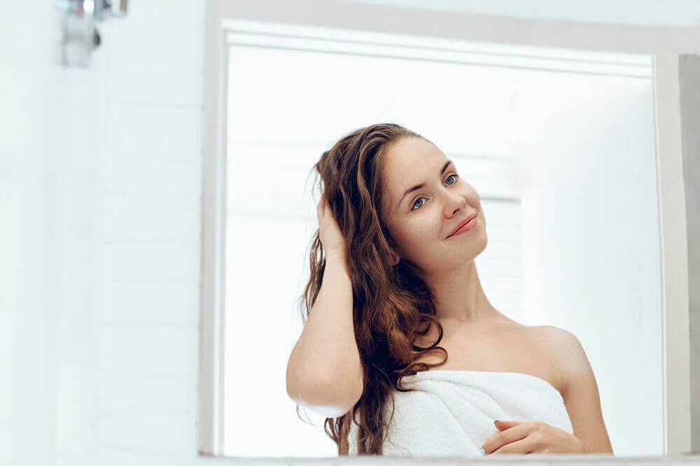 Mujer con la mano en el cabello