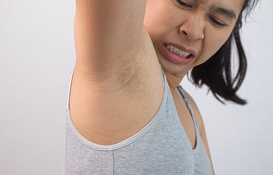 Mujer manchas por poca higiene