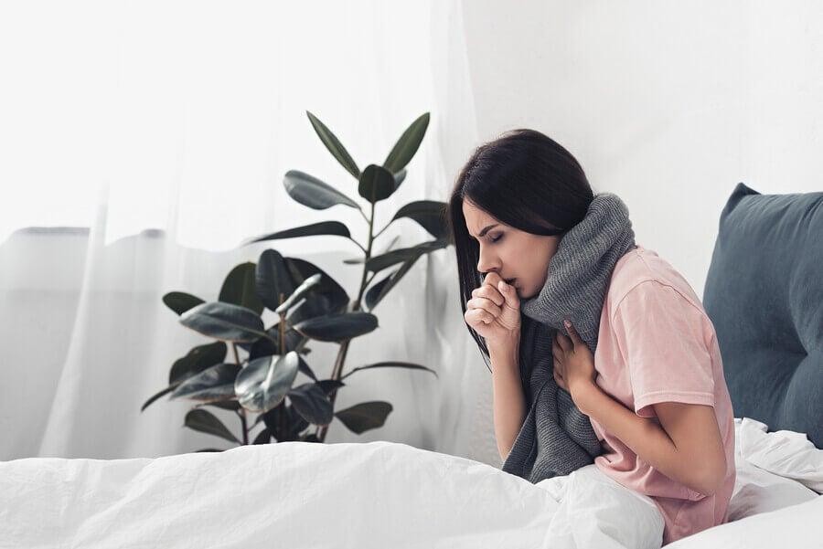 Mujer con gripe en la cama