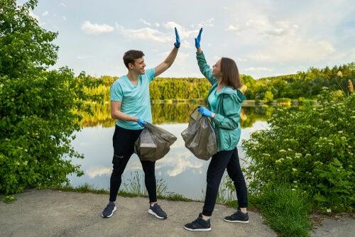 correr y juntar basura en pareja