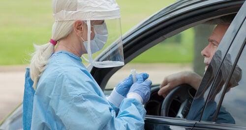 test de coronavirus con equipo de protección