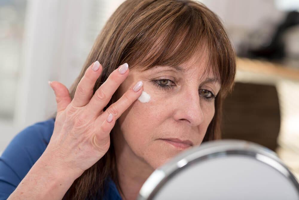 Mujer con alergia en la piel por cosmético.