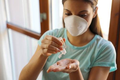 mujer desinfecta su casa en cuarentena