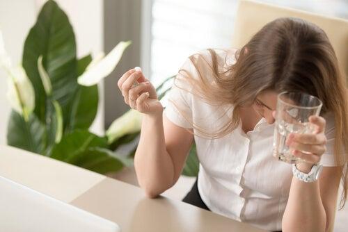 mujer toma almotriptán para migraña