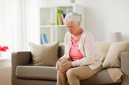 ¿Por qué nos crujen las rodillas?