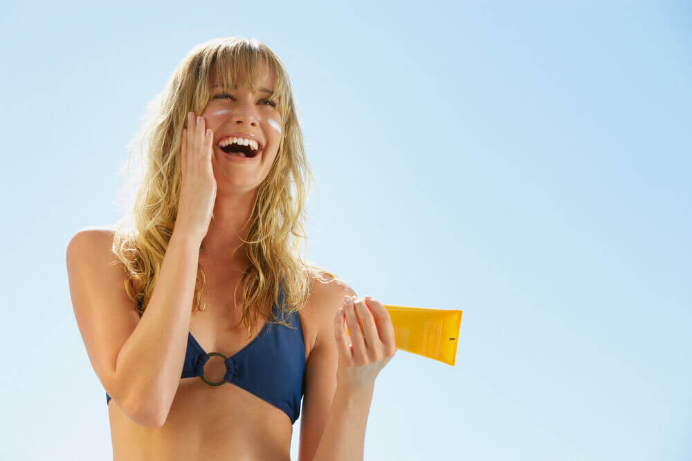 Mujer usando protector solar