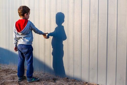 niño con autismo frente a una sombra