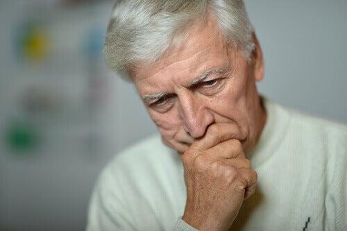 Anciano con miedo a la muerte
