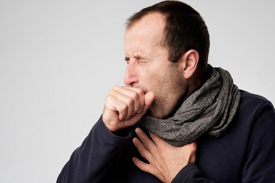 Hombre con tos seca