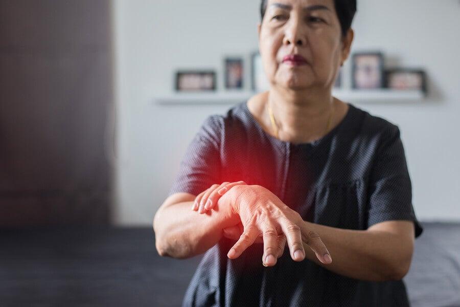 Mujer con enfermedad de Parkinson